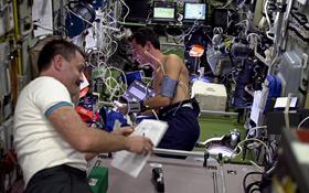 Hier führen zwei Astronauten auf der ISS medizinische Experimente durch. Bild: ESA