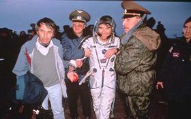 Ulf Merbold aus Deutschland, der insgesamt drei Mal im Weltraum war, wird von Helfern in Empfang genommen. Bild: ESA