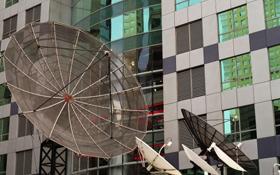Große Antennen empfangen die Bilder und transportieren sie weiter. Bild: Photos.com