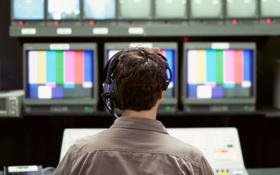 """Im Fernsehstudio werden die TV-Bilder zusammengestellt und """"auf Sendung"""" geschickt. Bild: Photos.com"""