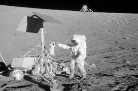 Die Astronauten von Apollo 12 an der Sonde Surveyor 3, die Jahre zuvor dort gelandet war. Bild: NASA
