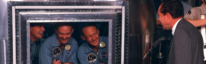 Die Crew von Apollo 11 muss nach der Rückkehr in Quarantäne – also von der Außenwelt isoliert werden: Denn die NASA hatte Sorge, dass die Astronauten Bakterien vom Mond eingeschleppt haben könnten. Nach ersten Untersuchungen konnte hier Entwarnung gegeben werden. Was aber zu diesem Zeitpunkt keiner weiß: Auf dem Mond gibt es wirklich Bakterien – doch die stammen von der Erde. Bild: NASA