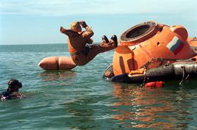 Überlebenstraining auf See – hier im Schwarzen Meer. Die Raumfahrer verlassen die russische Kapsel. So übt man das Verhalten für den Fall, dass die Kapsel unplanmäßig auf Wasser niedergeht. <BR>Bild: ESA, Star City