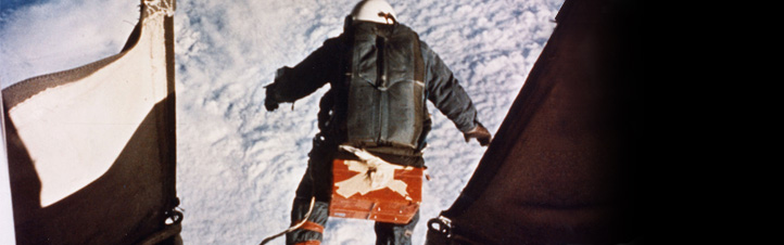 Kittinger springt in die Tiefe. Bild: U.S. Air Force