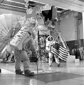 """Die Behauptung, dass die Apollo-Astronauten nie auf dem Mond waren, ist längst widerlegt. Auch dieses Foto ist übrigens kein Beweis dafür, dass die Mondlandungen in Filmstudios """"gefälscht"""" wurden. Vielmehr trainieren hier die Astronauten von Apollo 14 für den Flug zum Mond. Bild: NASA"""