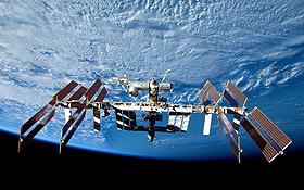 Die ISS umrundet die Erde in nur 400 Kilometern Höhe. Sie ist damit noch nahezu vollständig dem Einfluss der Erdanziehung ausgesetzt. Dass dennoch an Bord Schwerelosigkeit herrscht, hat also mit der Entfernung von der Erde nichts zu tun. <BR>Bild: NASA