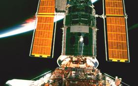 Das Weltraum-Teleskop Hubble in der Umlaufbahn um die Erde. Außerhalb unserer Atmosphäre stören keine Lufttrübungen den Blick zu den Sternen. Bild: NASA