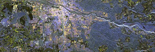 München und Umgebung – aufgenommen vom deutschen Radarsatelliten TerraSAR-X. Die Aufnahme zeigt das Gebiet in Falschfarben. Das Stadtgebiet ist in Rot- und Gelbtönen dargestellt, die Ackerflächen erscheinen grünlich und die Waldgebiete in blauen Farben. Diese Informationen dienen beispielsweise zur Erstellung von sogenannten Landnutzungskarten und zur Städteplanung. Bild: DLR