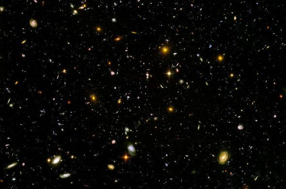 Diese Aufnahme des Weltraum-Teleskops Hubble zeigt Galaxien, die bis zu 13 Milliarden Lichtjahre von uns entfernt sind. Das Licht, das wir hier sehen, ist also 13 Milliarden Jahre lang durch das Universum unterwegs gewesen – und wir blicken damit zugleich weit in die Vergangenheit zurück. Viel weiter in die Vergangenheit oder gar bis zum Urknall kann man nicht schauen, denn anfangs war das Universum undurchsichtig. Bild: NASA, ESA