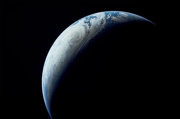 Das Bild zeigt ganz klar: Bei Tag ist es überall auf der Erde hell, nirgends ist es dunkel. Bild: NASA