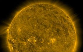 Satellitenbild der Sonne. Links sieht man verdächtige Abgase, die durchaus von einem außerirdischen Bratpfannen-Antrieb stammen könnten. Bild: NASA