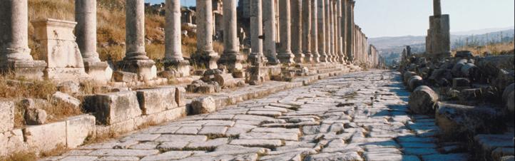 Auf solchen gepflasterten Straßen konnten schon in der Antike große Strecken zurückgelegt werden. Bild: Photos.com