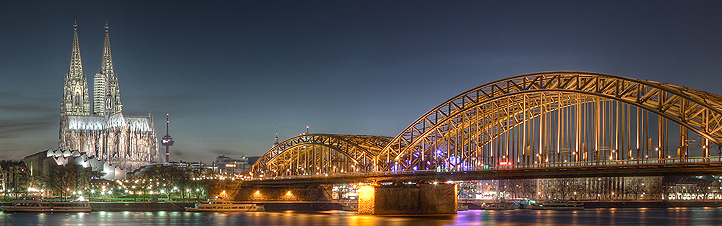 So ruhig ist Köln nicht immer – im Straßenverkehr und zu Karneval ist da regelmäßig viel los. Bild: Ahgee ASR688 via Wikimedia Commons