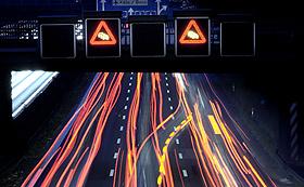 In Gefahrensituationen wie zum Beispiel am Ende eines Staus sollen Computersysteme die Autofahrer unterstützen. Bild: BMU (H.-G. Oed)