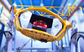 Der Fahrzeug-Simulator des DLR in Braunschweig. Die Plattform bewegt den Wagen, so dass man als Testfahrer einen realistischen Eindruck erhält. Bild: DLR, Markus-Steur.de