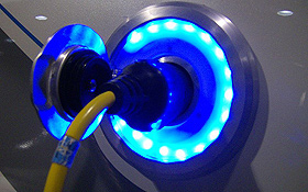 Womit fahren die Autos in der Zukunft? Zum Beispiel mit Bio-Diesel, Wasserstoff oder Strom aus der Steckdose ... Bild: G. Meyer