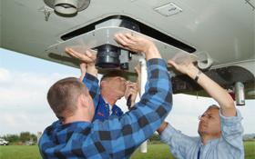 """Hier wird eine spezielle Kamera in den Zeppelin eingebaut. Die gesammelten Daten und Bilder können von den Experten in """"Echtzeit"""" ausgewertet werden. Bild: DLR"""