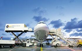 Auf einem Flughafen gibt es viele unterschiedliche Spezialfahrzeuge, zum Beispiel um Flugzeuge zu versorgen. Auch diese Fahrzeuge müssen koordiniert werden. Bild: Fraport AG