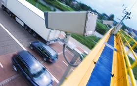 Um möglichst rechtzeitig auf die Situation im Verkehr reagieren zu können, beobachten Kameras und Sensoren die Straßen.<BR>Bild: DLR, Markus-Steur.de