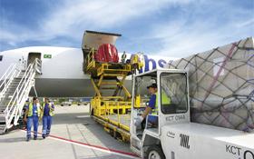 Auch auf einem Flughafen und drum herum muss der reibungslose Ablauf – hier wird gerade Frachtgut verladen – organisiert werden. Bild: Fraport AG