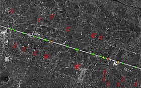 Verkehrsmessung aus der Umlaufbahn: Jedes Dreieck auf der Straße ist ein Fahrzeug. Und die Farben zeigen an, wie schnell die Autos unterwegs sind.   Bild: DLR