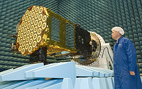Hier wird einer der Galileo-Satelliten vor dem Start gründlich überprüft. Bild: ESA
