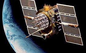 Mehr als 20 solcher GPS-Satelliten umkreisen die Erde auf verschiedenen Umlaufbahnen. Bild: U.S. Air Force