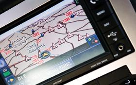 Bei vielen modernen Autos ist das GPS-Navigationssystem schon fest eingebaut. Bild: Photos.com