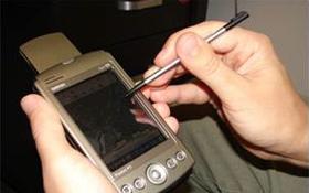 """Mobile Computer mit entsprechender GPS-Software eignen sich perfekt für Vermessungen """"vor Ort"""". Bild: U.S. Geological Survey (N. Wood)"""