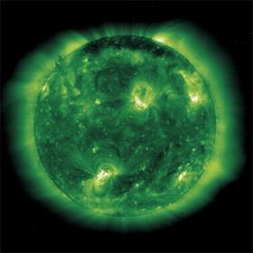 Eine ungewöhnliche Ansicht der Sonne. Diese Ultraviolett-Aufnahme stammt von der Sonnensonde SOHO, die mit verschiedenen Instrumenten die Sonne beobachtet.<BR> Bild: ESA, NASA