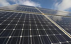 """Bei der """"Photovoltaik"""" wird die Kraft der Sonne mit Solarzellen eingefangen und in Strom umgewandelt. Bild: BMU"""