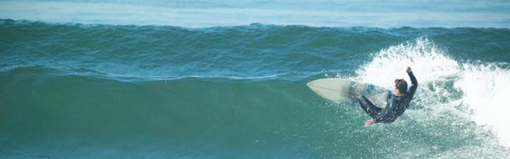Die Wasserkraft kann man wie hier natürlich auch zum Surfen nutzen. Aber auch bei der Energiegewinnung spielt das Wasser eine wichtige Rolle. Bild: Photos.com