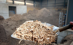 Holz – hier Späne für eine Heizanlage – gehört zu den ältesten Brennstoffen der Menschen. Heute wird es zur Biomasse gezählt. Bild: BMU