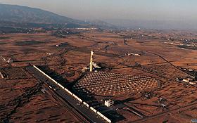 Eine Luftaufnahme der Testanlage in Almería. In dieser Wüstenlandschaft in Südspanien scheint die Sonne fast das ganze Jahr. Bild: DLR