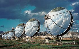 """Gigantische Dimensionen: Die Spiegel der """"Dish-Stirling-Anlage"""" haben einen Durchmesser von etwa acht Metern.<BR>Bild: DLR"""