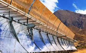 Diese Sonnenkollektoren sehen aus wie überdimensionale Dachrinnen. In der Röhre, die in der Mitte zu sehen ist, wird ein spezielles Öl erhitzt. Bild: DLR, Markus-Steur.de