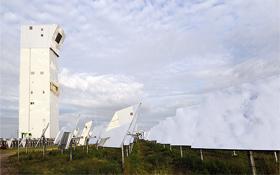 """An der Spitze des 60 Meter hohen Solarturms befindet sich ein ganz spezieller """"Empfänger"""", in dem das Sonnenlicht gebündelt und die Luft auf über 700 Grad erhitzt wird. Bild: DLR"""