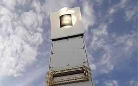 Hier kann man sehr gut sehen, wie sich die Sonnenstrahlen auf der Turmspitze bündeln. Mit der heißen Luft wird Wasser erhitzt – der Dampf treibt dann eine Turbine an. Bild: DLR