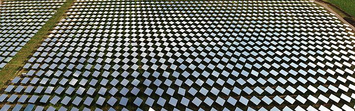 """Mehr als 2.000 bewegliche Spiegel – sogenannte """"Heliostate"""" – fangen das Sonnenlicht ein und bündeln es im Solarturm. Bild: DLR"""