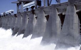So wie auf diesem Bild wird die Wasserkraft der Flüsse genutzt: Das Wasser wird mit Dämmen gestaut und wenn es ins Tal stürzt treibt es große Turbinen an. Bild: Photos.com