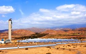 Die Spiegel um den Turm der spanischen Solar-Testanlage fangen die Sonnenstrahlen ein. Bild: DLR, Markus-Steur.de