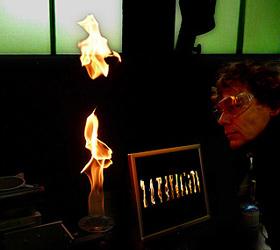 Im DLR_School_Lab in Lampoldshausen werden Flammen untersucht. Das ist auch ein Forschungsthema des DLR. Bild: K.-A.