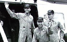 Die Crew von Apollo 13 nach der Rettung: Ein Hubschrauber hat die Astronauten aus der Landekapsel geborgen und auf einen Flugzeugträger gebracht. Bild: NASA