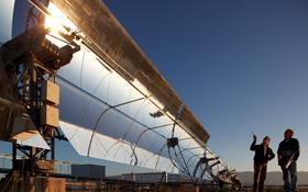 So sehen die Kollektoren aus, die beim Projekt Desertec die Sonnenstrahlen in der Wüste einfangen und bündeln sollen.<br> Bild: DLR