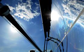 Bei dieser Detail-Aufnahme sieht man die Spiegelröhre (links) ganz deutlich. Sie ist mit einer speziellen Flüssigkeit gefüllt, die von den Sonnenstrahlen erhitzt wird. Bild: DLR