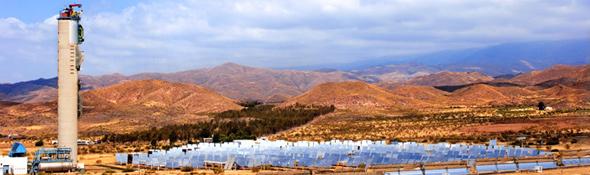 Der Solarturm erhebt sich majestätisch über die vielen Spiegel – die sogenannten Heliostate – der Plataforma Solar de Almería. Mit seinen 60 Metern Höhe ist er das Wahrzeichen der spanischen Testanlage, an der auch das DLR mitwirkt. Bild: DLR, Markus-Steur.de