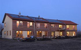 Moderne Passivhäuser sind so konstruiert, dass sie die natürliche Wärme nutzen und dabei auch sehr gut isoliert sind. Für die Stromversorgung werden auf dem Dach Solarzellen installiert. Bild: BMU (B. Hiss)