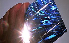 Sonnenenergie wird nicht nur in Kraftwerken eingesetzt. Mit speziellen Solarzellen kann die Sonnenkraft zum Beispiel auch für Handys genutzt werden. Bild: BMU (H.-G. Oed)