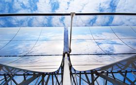 Für die verschiedenen Solarkraftwerke werden auch unterschiedliche Arten von Spiegeln benötigt – aber alle sollen das Sonnenlicht einfangen und konzentrieren. Bild: DLR, Markus-Steur.de