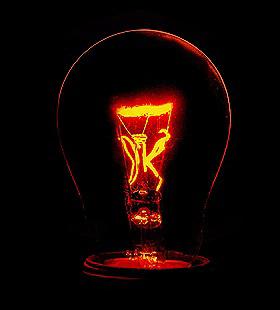 Eine Glühbirne. Reicht ein einziges Kraftwerk aus, um alle Glühbirnen in Deutschland leuchten zu lassen? Bild: K.-A.